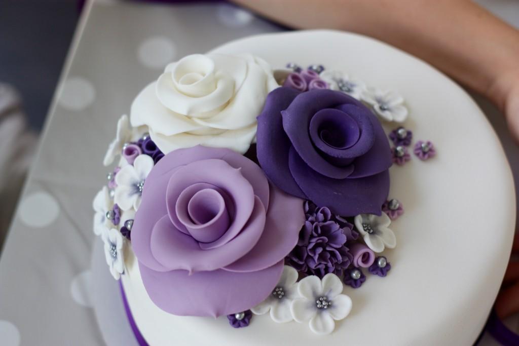 Paarse rozen bruidstaart